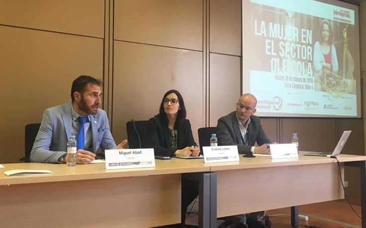 スペイン各地の講演会に呼ばれ熱く語るミゲル先生(左)